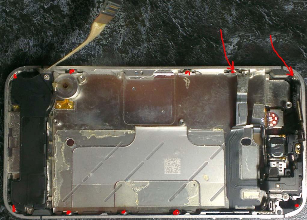 Откручиваем 4 болтика по углам и 6 по бокам, чтобы заменить дисплей iphone 4s