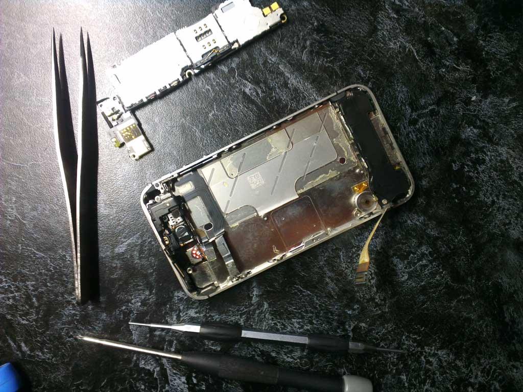 Снимаем системную плату iphone 4s, если всё успешно откручено и её ничего не держит.