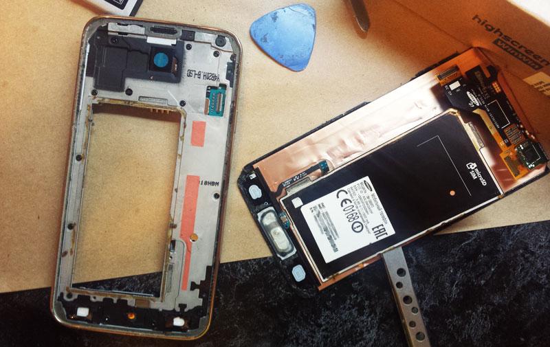 Отделяем дисплей со стеклом от корпуса вместе с металлической пластиной — Galaxy s5