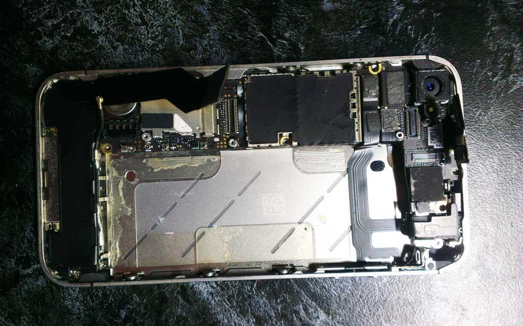 Откручиваем болты и снимаем заднюю крышку айфона 4s, а после и АКБ