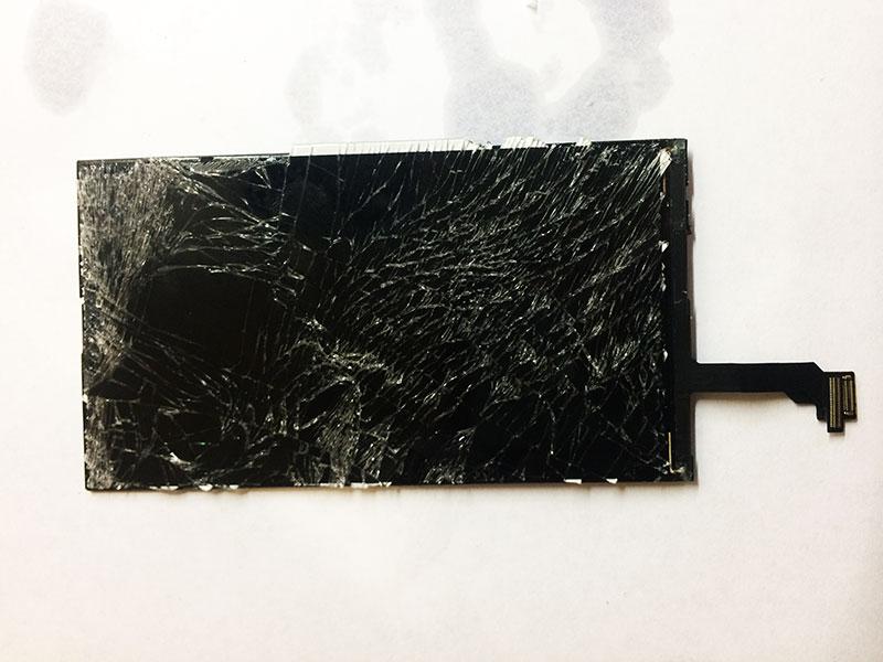 Внимательно осматриваем экран без рамки перед заменой стекла на iphone 6