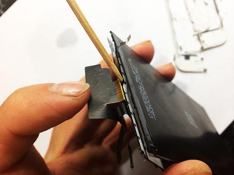 Снимаем зубочисткой и феном подсветку дисплея на айфон 6 - это обязательное действие перед заменой стекла