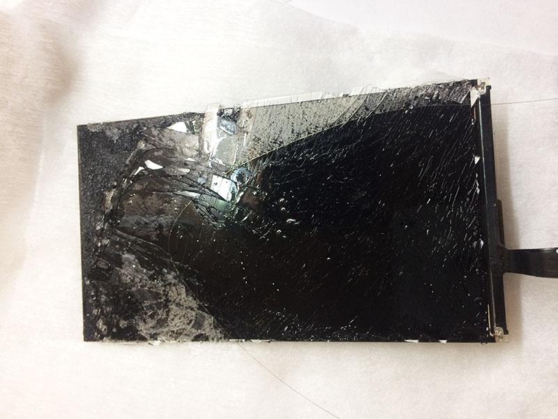 Начинаем отрезать металлической леской остальные остатки стекла на экране iphone 6.
