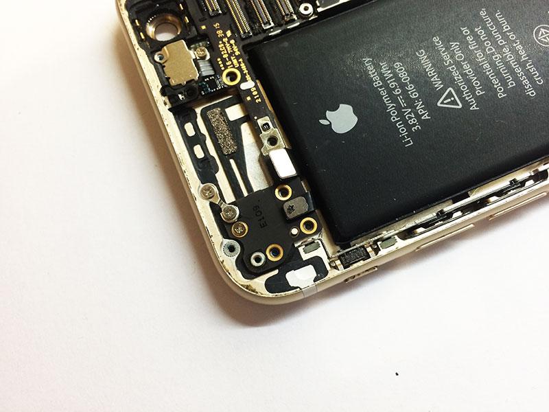 Осторожно разбирайте айфон 6 со стороны шлейфа, который идет из под батареи.