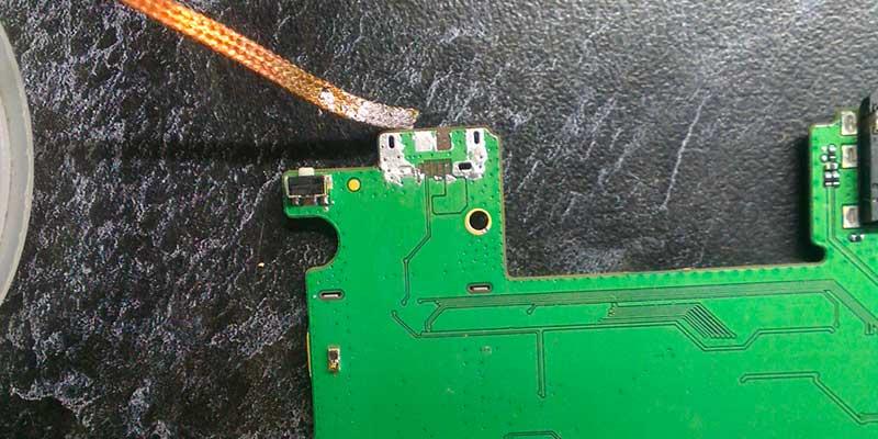 Шаг 1 - подготовим площадку под замену разъема зарядки