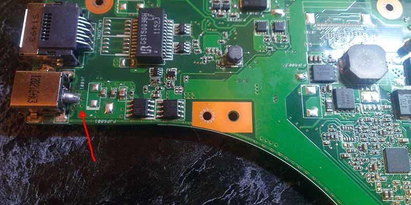 Вид отремонтированного разъема зарядки на ноутбуке