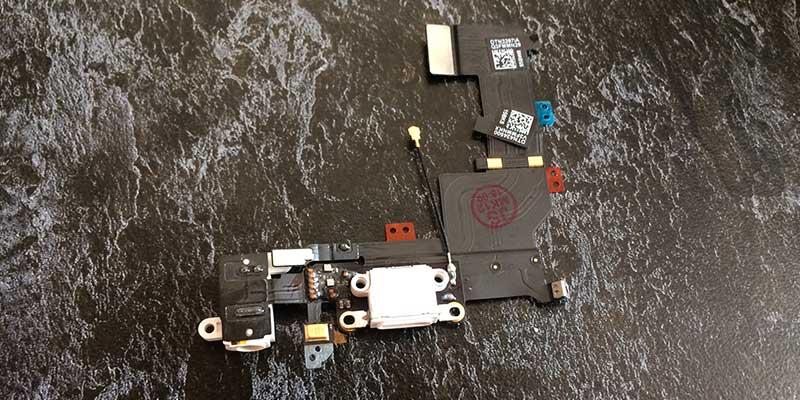 Вид шлейфа в сборе с usb разъемом зарядки для ремонта iPhone