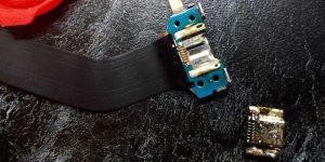 Вид выпаянного разъема зарядки от планшета Samsung